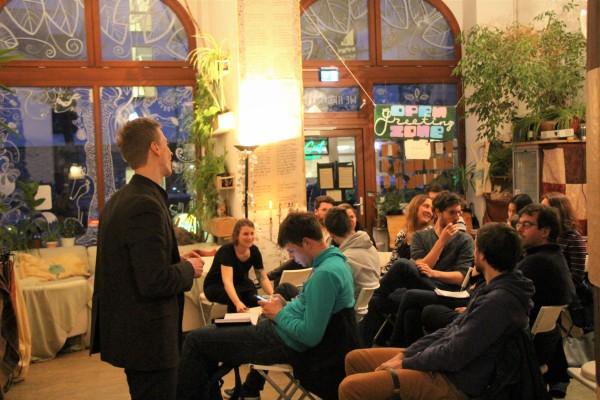 Tom Wefers, Mitglied in der OIKOnnect Gruppe Berlin, hat einen Vortrag über nachhaltige Geldanlagen gehalten.